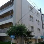 自由通り沿いの白タイル貼りのマンション@都立大学