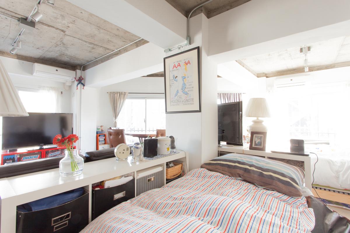 ご夫婦と20代の娘さんお一人の3人が暮らすワンルームの仕切りは家具のみです。