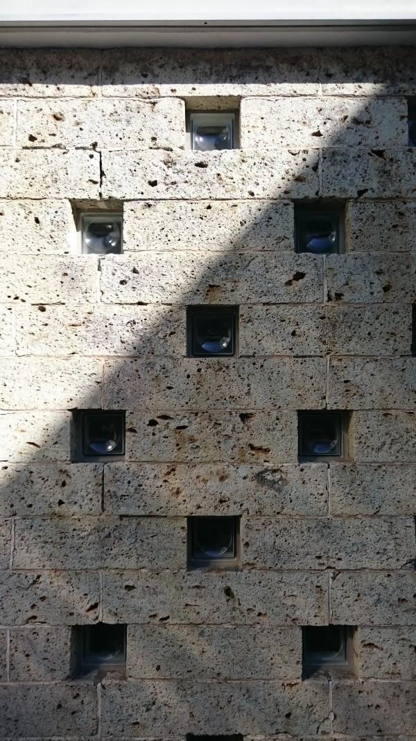 大谷石とガラスブロックを積んだ壁面