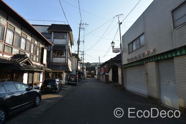 有田駅前の通り。趣きを感じる建物が数多くありました。