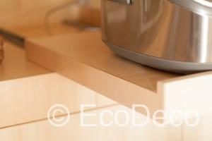 炊飯器から出る水蒸気が家具をいためるのを避けるため、炊飯時だけ引き出せる