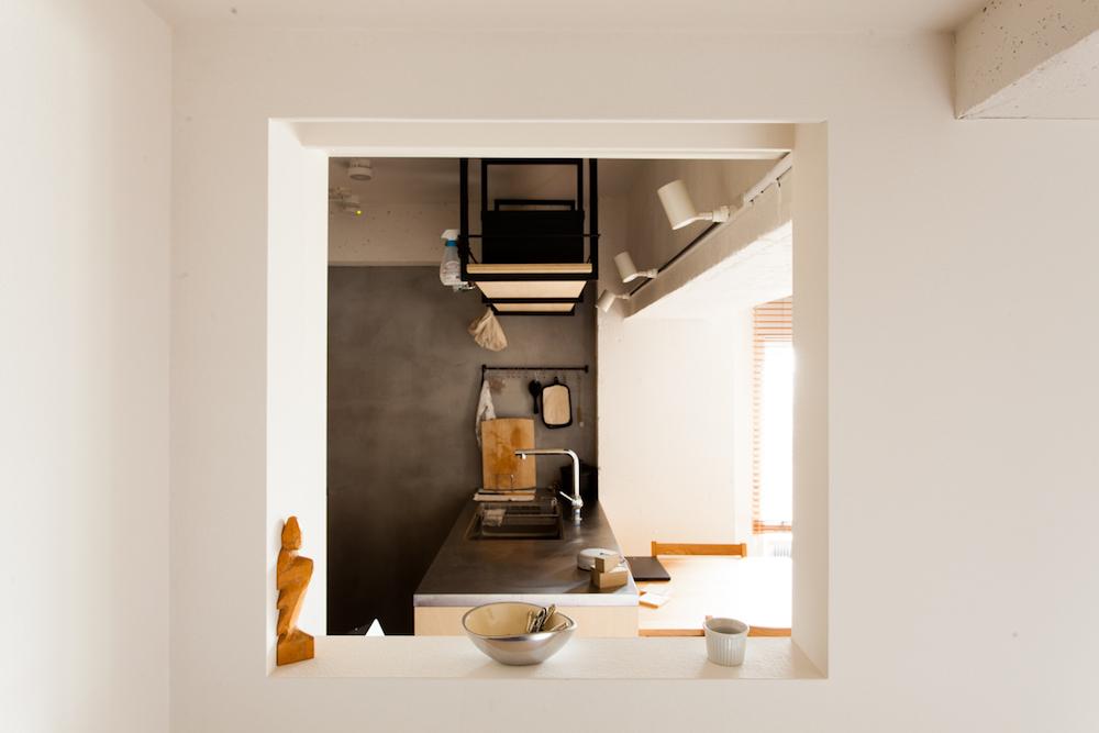 小窓からキッチン